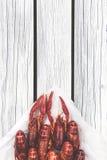 被蒸的小龙虾 红色煮沸了在白色木土气背景的小龙虾 土气样式 库存图片