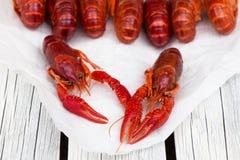 被蒸的小龙虾 红色煮沸了在白色木土气背景的小龙虾 土气样式 免版税库存照片