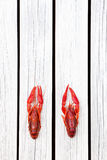 被蒸的小龙虾 红色煮沸了在白色木土气背景的小龙虾 土气样式 Y 库存照片