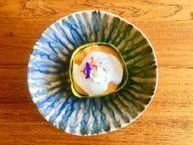 被蒸的鱼用咖哩粉调制蛋糕用椰奶和装饰与鲜花在靛蓝设计样式盘上把放的香蕉叶子里面在求爱 库存照片