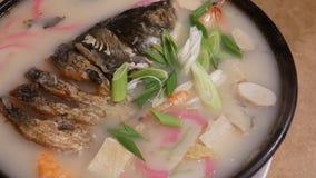 被蒸的鱼的行动在桌上的砂锅朝向 股票录像