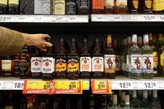 被蒸馏的酒精饮料在商店 免版税库存图片