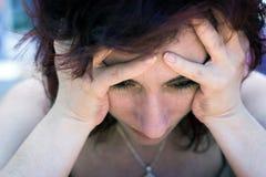 被虐待的哀伤的妇女 免版税库存图片