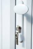 被装双面玻璃的门锁上锁定upvc 免版税库存图片