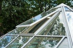 从被装双面玻璃的窗口的大厦 库存图片