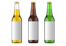 被装瓶的啤酒黄色、绿色和棕色颜色或者饮料或者成碳酸盐的饮料与白色标签 演播室3D回报 免版税库存图片