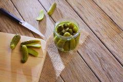 被装瓶的腌汁黄瓜在木桌里 图库摄影