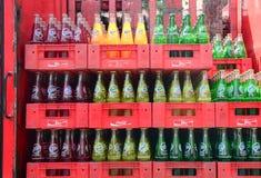 被装瓶的软饮料在超级市场 免版税库存图片