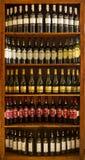 被装瓶的酒在希腊地窖里 免版税库存照片