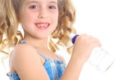 被装瓶的饮用的女孩少许水 免版税库存照片