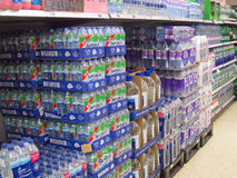 被装瓶的水待售在超级市场。 免版税库存图片