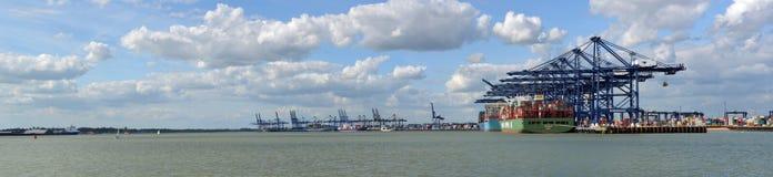 被装载在费利克斯托船坞的集装箱船 库存照片
