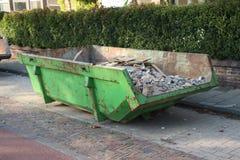 被装载的垃圾大型垃圾桶 免版税库存照片