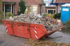 被装载的垃圾大型垃圾桶 免版税图库摄影