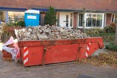 被装载的垃圾大型垃圾桶 免版税库存图片