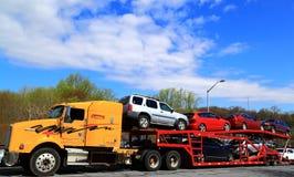被装载的汽车卡车拖车 免版税库存图片