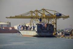 被装载的集装箱船,巴塞罗那,西班牙 免版税库存照片