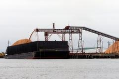 被装载的驳船 免版税库存图片