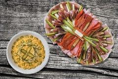 被装饰的奥利维尔沙拉和满盘食家在老被风化的庭院表上的开胃菜美味盘集合 免版税库存照片