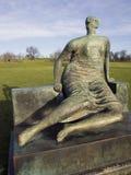 被装饰的安装的妇女-穆尔雕塑 免版税库存图片