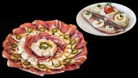 被装饰的开胃菜美味盘用乳酪在黑背景隔绝的烟肉和鸡蛋三明治 免版税图库摄影
