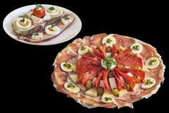 被装饰的开胃菜美味盘用在黑背景隔绝的食家乳酪烟肉和鸡蛋三明治 免版税图库摄影