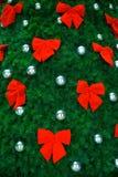 被装饰的弓圣诞节红色结构树 库存照片