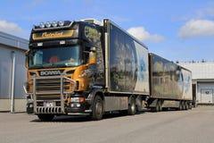 被装饰的斯科讷V-8拖车运输冷冻食品 免版税库存照片