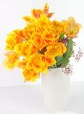 被装饰的郁金香花束 免版税库存照片