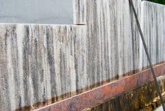 被覆盖的粗砺的卡拉拉大理石不同的平板  库存图片