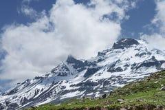 被覆盖的雪峰顶 库存图片