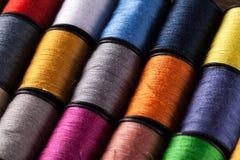 被观看的五颜六色的棉花卷轴有一个角度 免版税库存照片