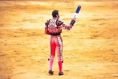 被触怒的公牛侵袭斗牛士 西班牙2017 07 25 2017年 Vinaros巨大的Corrida de toros 库存图片