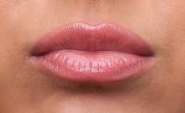 被触犯的秀丽接近的嘴唇生气妇女 库存图片