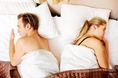 被触犯的年轻人结合紧接在床上 免版税库存图片