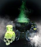 被设置的不可思议的大锅、头骨、蜡烛和魔药瓶子 库存图片