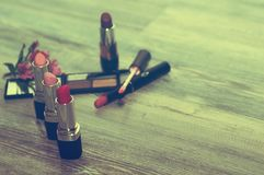 被设置的化妆用品 化妆产品和化妆成份 库存图片