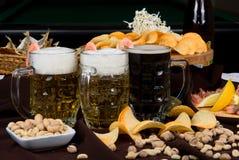 被设置的啤酒和快餐 免版税库存照片