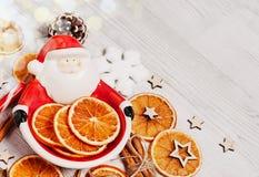 被设置的圣诞节装饰:圣诞老人,干桔子,硬糖, cinnanom,雪花 关闭 库存图片
