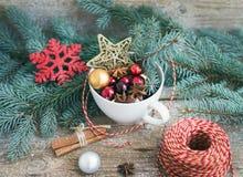 被设置的圣诞节(新年)装饰:杯子有很多colrful克里斯 免版税库存图片