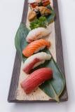 被设置的寿司:Maguro金枪鱼, Hamachi黄尾鱼,三文鱼, Tai红色Seabeam, 图库摄影