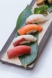 被设置的寿司:Maguro金枪鱼, Hamachi黄尾鱼,三文鱼, Tai红色Seabeam, 免版税库存图片