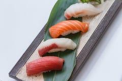 被设置的寿司:Maguro金枪鱼, Hamachi黄尾鱼,三文鱼, Tai红色Seabeam, 库存图片