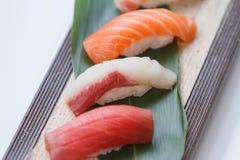 被设置的寿司:Maguro金枪鱼, Hamachi黄尾鱼,三文鱼 库存照片
