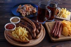 被设置的开胃啤酒快餐 在桌上的顶视图与猪肉切片, 图库摄影