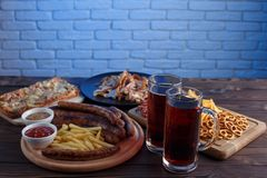 被设置的开胃啤酒快餐 猪肉切片、烤香肠和fr 库存照片