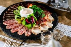 被设置的开胃肉:发牢骚切片、烟肉、蒜味咸腊肠和菜o 库存图片