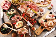 被设置的意大利开胃小菜酒快餐 乳酪品种,地中海 库存照片