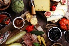 被设置的意大利开胃小菜酒快餐 乳酪品种,地中海 免版税库存图片