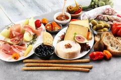 被设置的意大利开胃小菜酒快餐 乳酪品种,地中海 库存图片